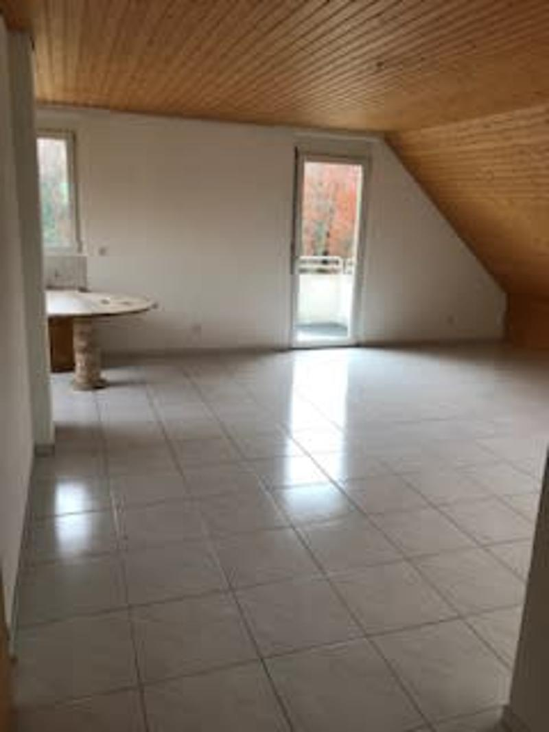 Ruhige Dachwohnung in kleinem Mehrfamilienhaus