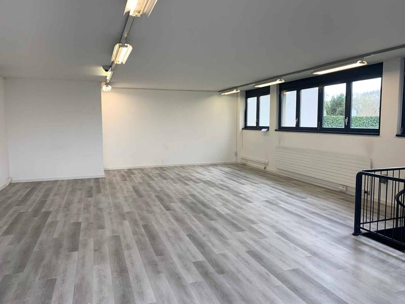 Belle arcade commerciale d'env. 70 m2 au rez avec vitrine et accès espace stockage en sous-sol d'env. 21,50 m2