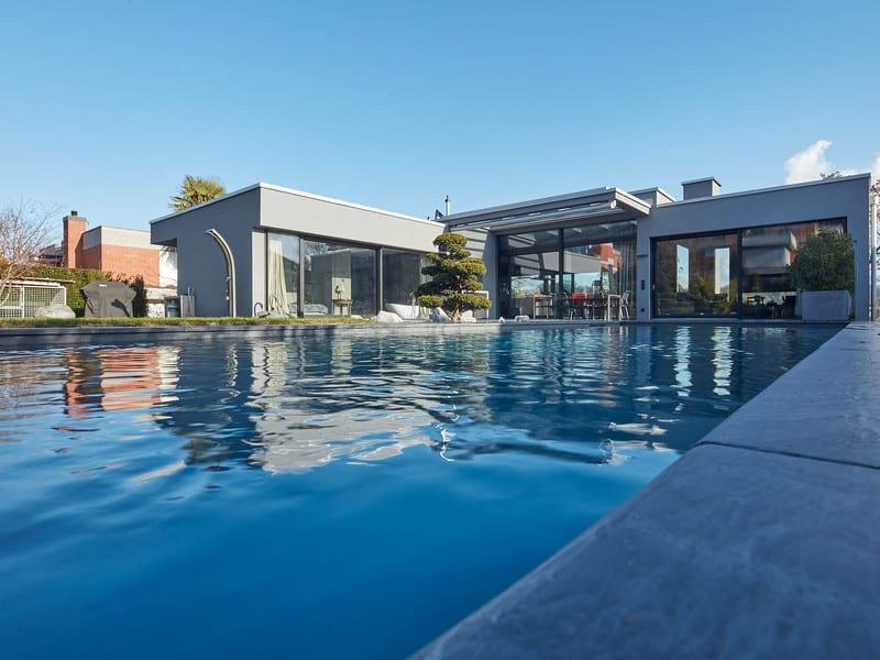 Der wunderschöne Blick vom Pool zum Haus