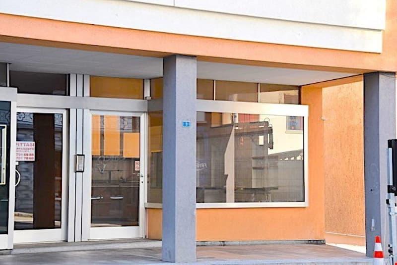 BRISSAGO - Negozio / Shop / Ufficio con vetrina in zona centrale