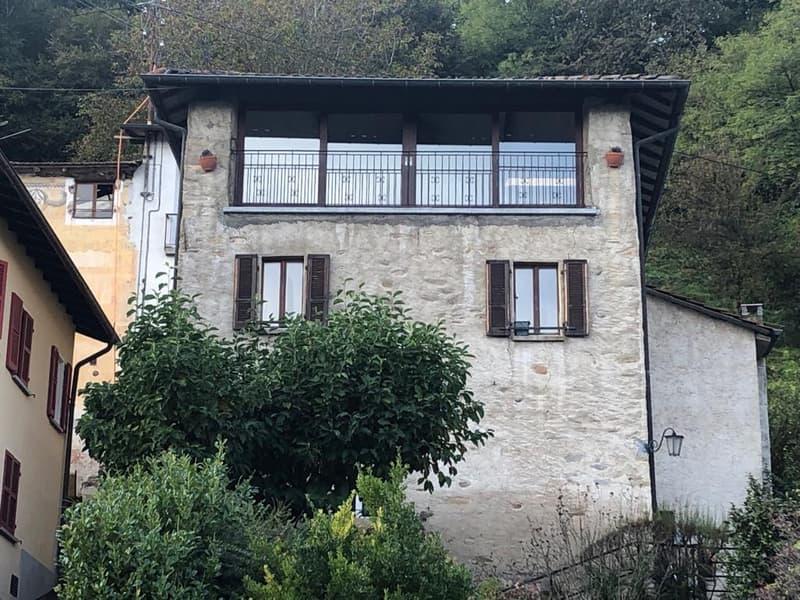 Casa in stile rustico, zona collinare, vista aperta, ca. 200 mq, giardino