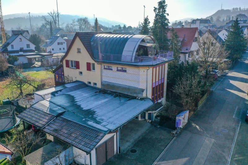 Unkonventionelles Einfamilienhaus mit viel Platz, Doppelgarage und Carport