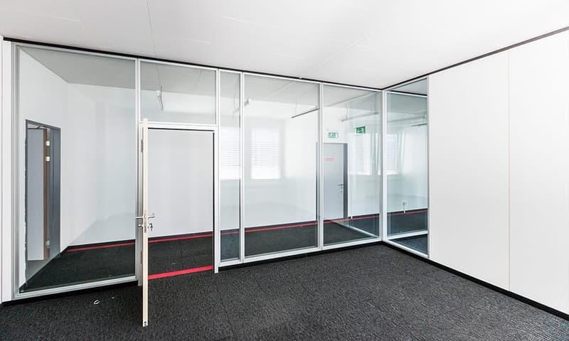 659 m2 am Stück - Einzel-/Doppelbüros mit Glaswänden ausgebaut