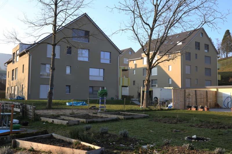 Die Wohnung befindet sich im linken Haus im Erdgeschoss. Je nach Wunsch ist ein grösserer oder kleinerer Gartenanteil im Vordergrund mit separatem Sitzplatz in der Miete inbegriffen.
