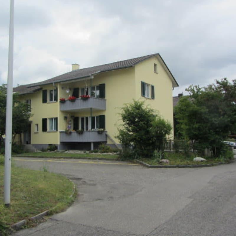 Sonnige , ruhige  3 1/2 Wohnung mit eigener Garage in 4 Familienhaus. Mietzins inkl.