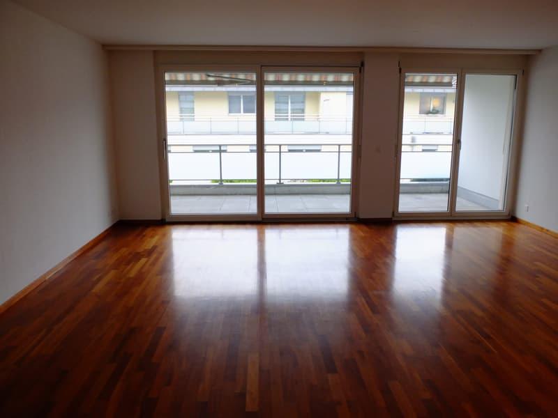Wohnbereich mit raumhohen Fenstern, Kirschbaumparkett
