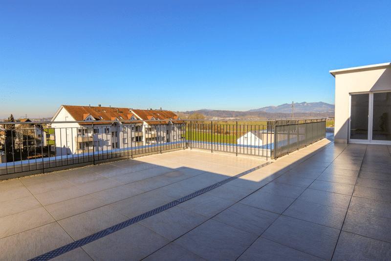 Grosszügige Terrasse mit Blick ins Grüne