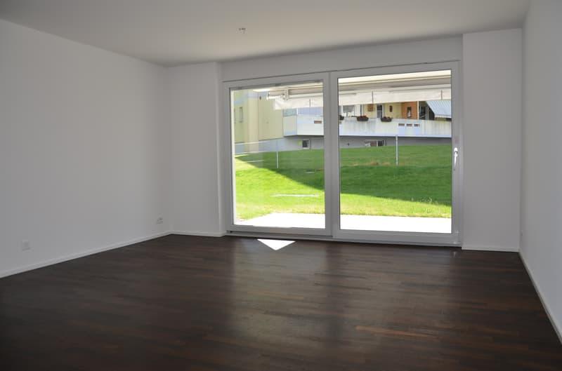 grosszügiges Wohnzimmer mit Parkettboden