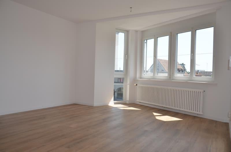 helles, grosszügiges Wohnzimmer mit Vinyl-Boden