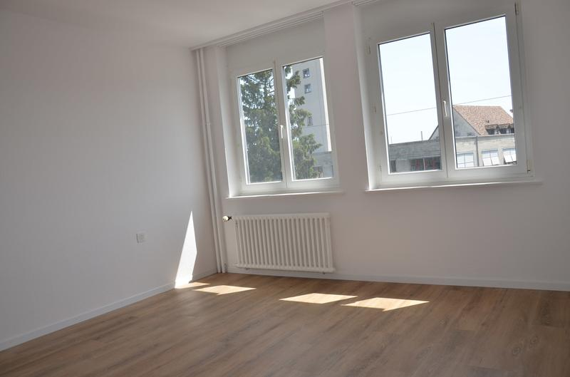 helles, grosszügiges Zimmer mit Vinyl-Boden