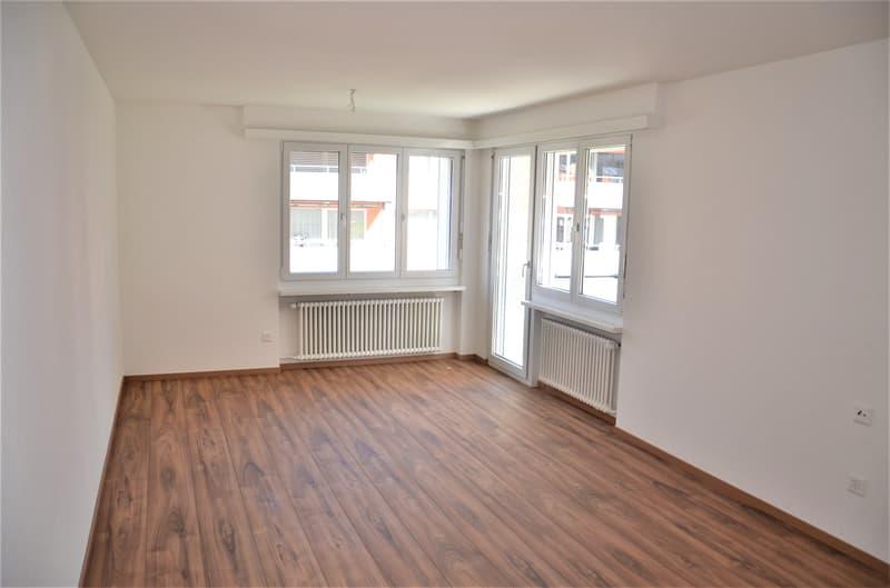 helles Wohnzimmer mit Laminatboden