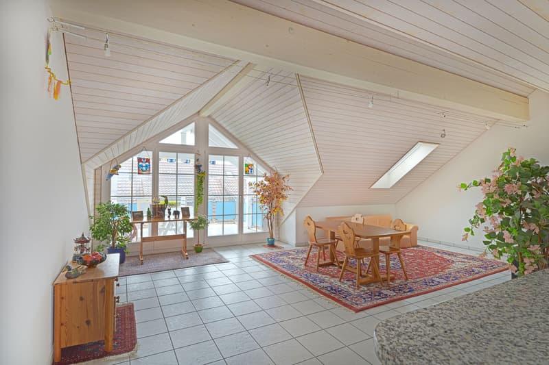 Wohnzimmer mit Sicht zum Balkon