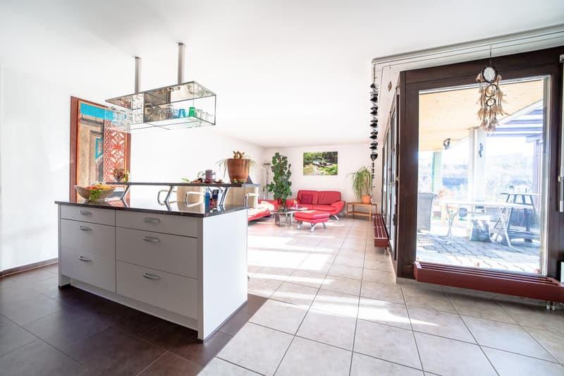 Grosse Küche mit Kochinsel