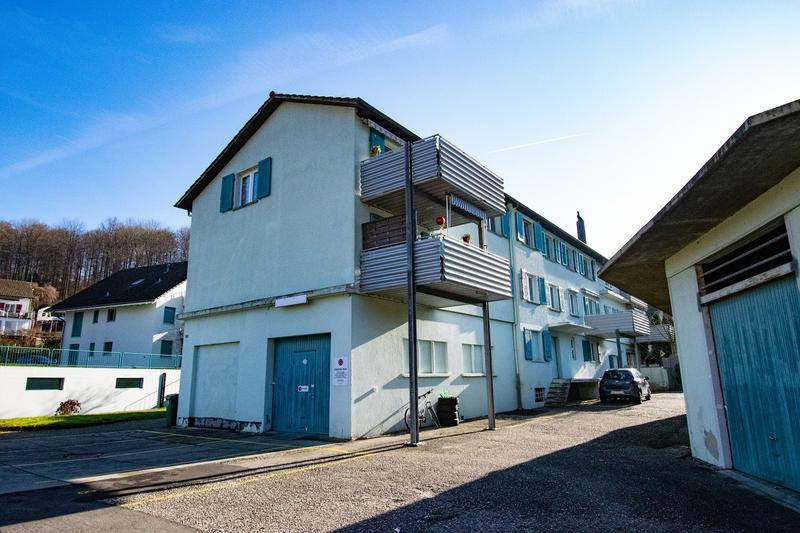 Mehrfamilienhäuser mit 8 Wohnungen, 2 Einzelzimmern, 2 Lager und 11 Parkplätzen
