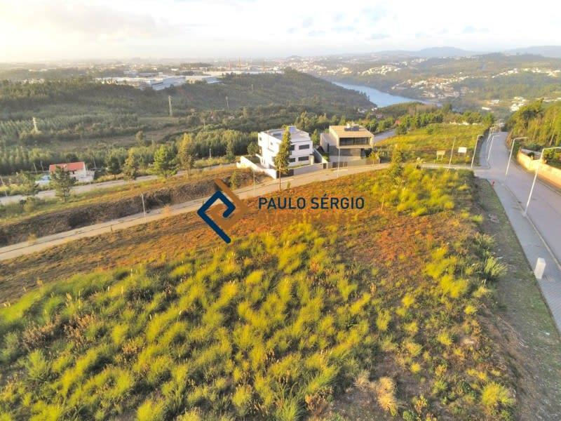 Allotment land with magnificent views of the Douro River.
