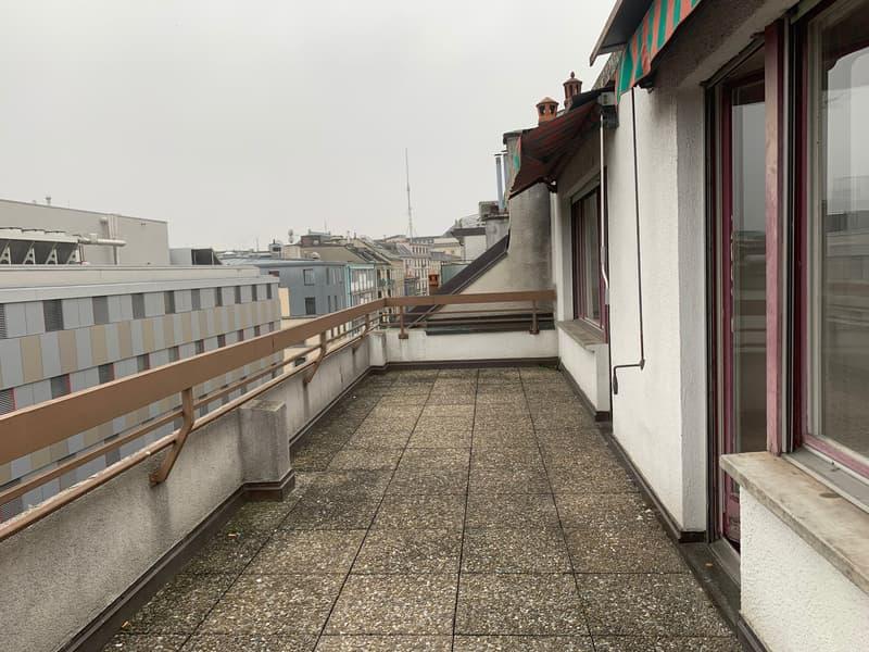 Appartement traversant dans quartier vivant