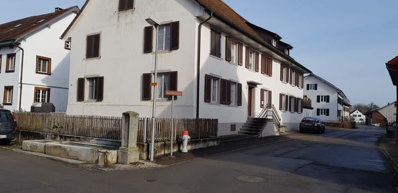 WG, Parterre rechts (3 Fenster), Hauseingang Rückseite, links vom Brunnen, ruhige Quartierstrasse