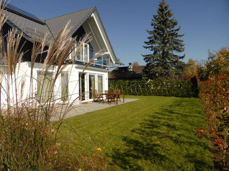 Belle villa récente avec jardin de 5,5 pièces jumelée par les garages d'env. 170 m2 de conception Minergie