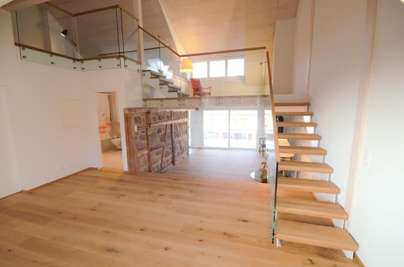Wohnzimmer mit Blick auf die Galerie und ins Bad