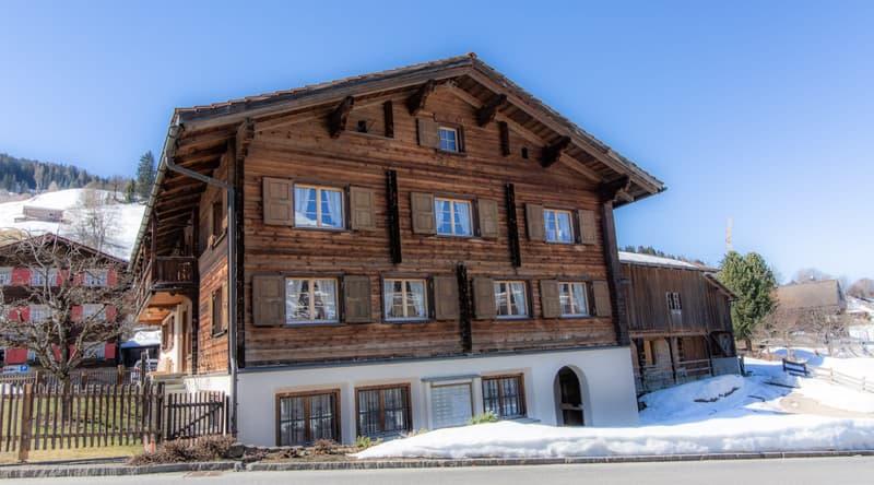 Traditionelles Strickhaus in den Bergen vom Prättigau