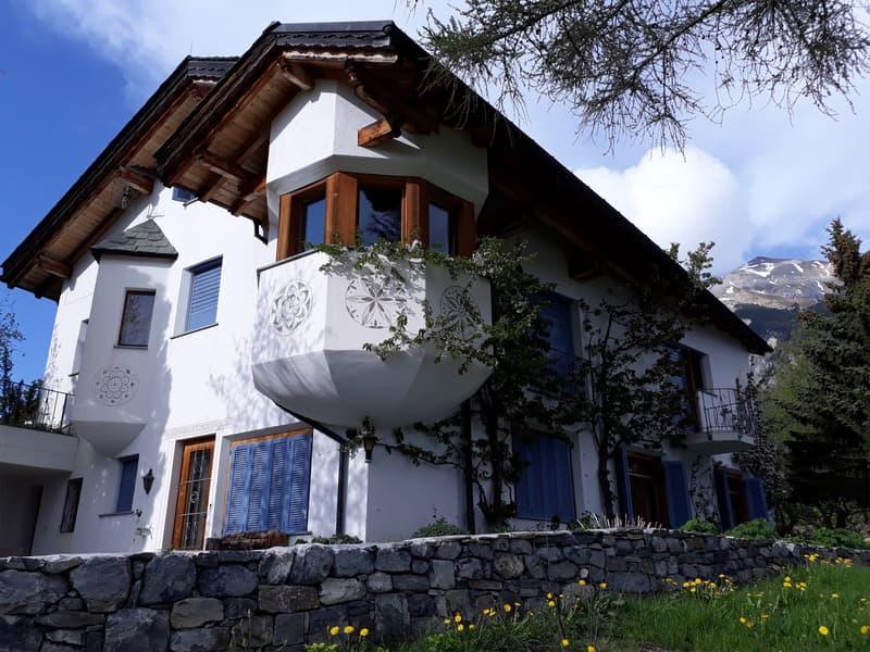 Villa mit Einliegerwohnung und Nebengebäude