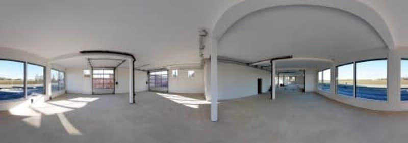 Moderne helle Gewerbefläche mit Schaufenster