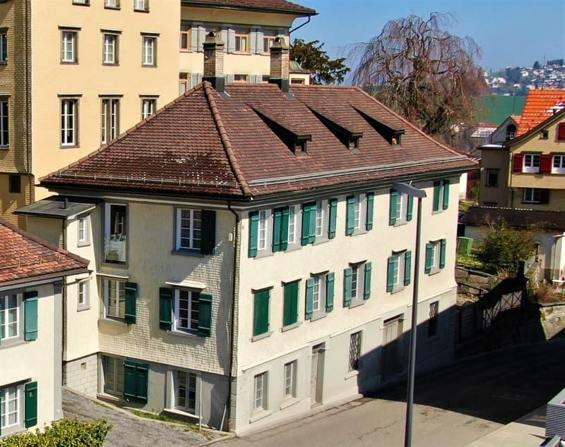 kleineres, geschichtsträchtiges Mehrfamilienhaus mit solider Rendite