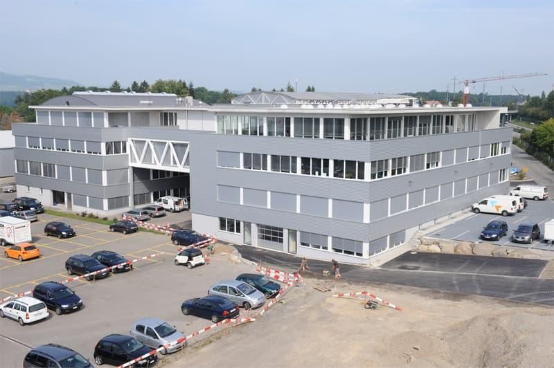 Repräsentable Büroräume direkt an der Autobahn zum Flughafen Zürich