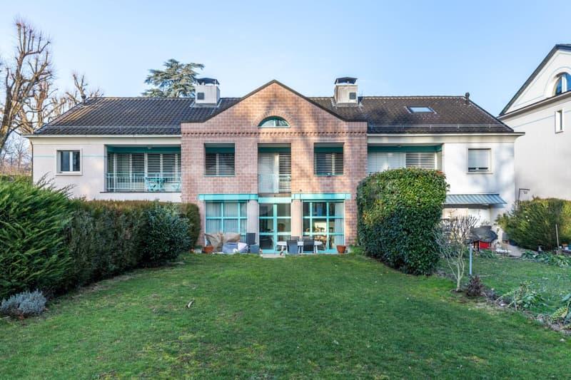 En exclusivité, idéale pour une famille, belle et spacieuse villa contiguë au coeur d'un parc privatif avec piscine à Bellevue !