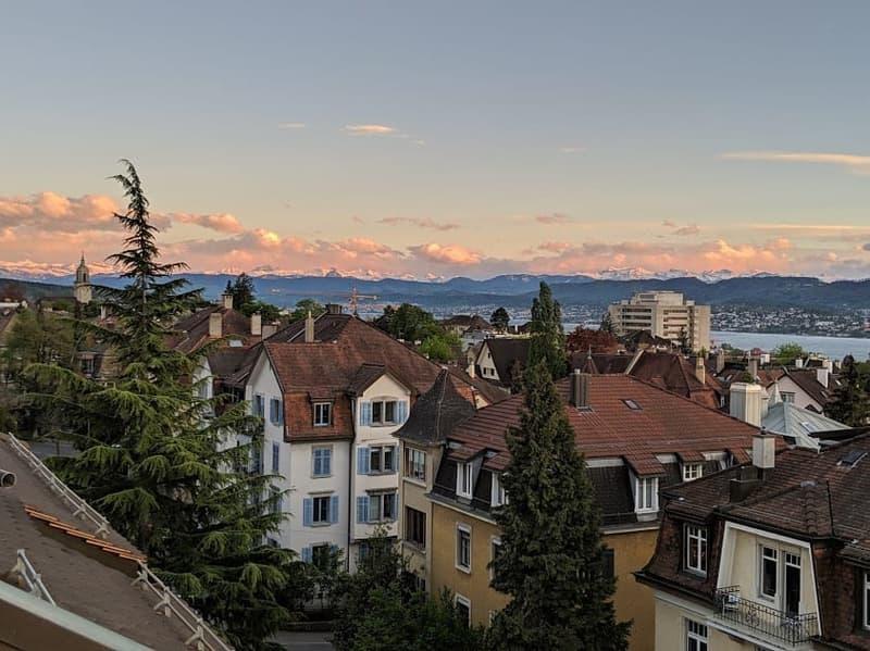 Grosszügige Terrassen-Dachgeschosswohnung: Privat, sonnig und zentral