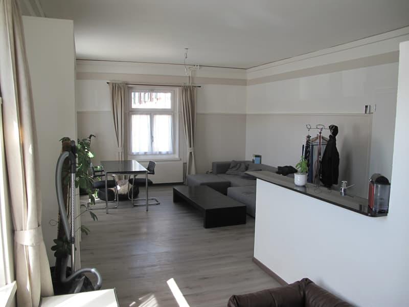 Das grosszügige Wohnzimmer verfügt zudem über einen praktischen Einbauschrank