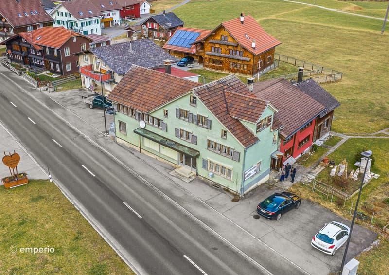 Sonne und Bergsicht - Wohn- und Geschäftshaus in grüner und ruhiger Lage