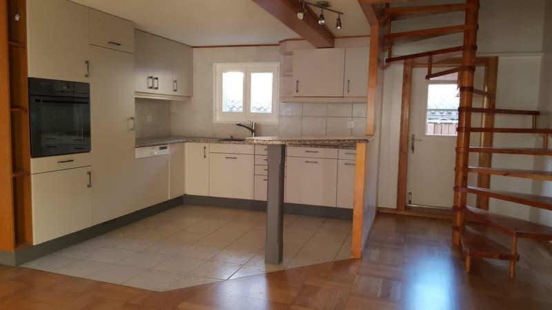 Offene Küche mit Backofen-Steamer, Treppe zu Schlafzimmer OG und Ausgang zu Terrasse (Nordseite)