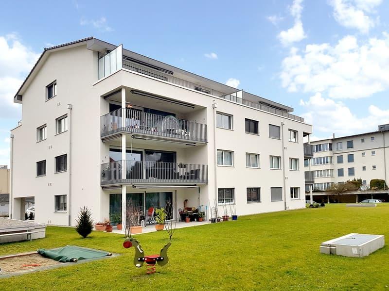 Attraktive neuwertige 2.5-Zimmer-Wohnung mit viel Umschwung