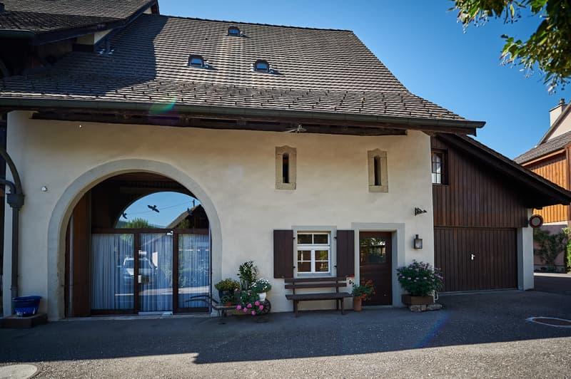 Bauernhaus mit 8 Zimmer, Garage, 3 Abstellplätze und Garten mit Sitzplatz