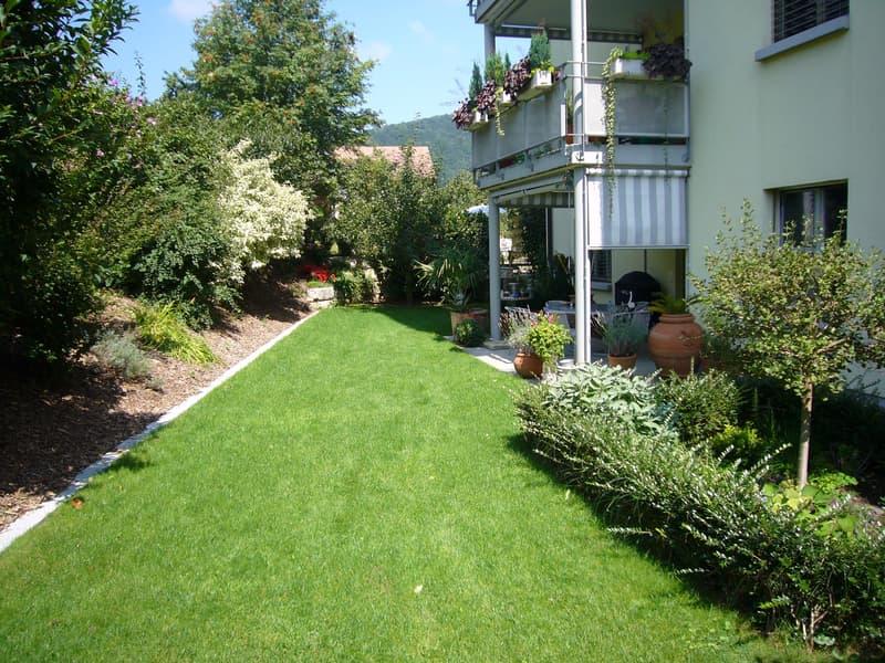 Grosser gedeckter Sitzplatz mit Gartenanteil und Kräutergarten