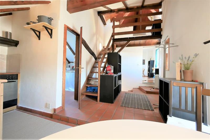 Dachwohnung mit Treppenaufgang zum Schlafzimmer