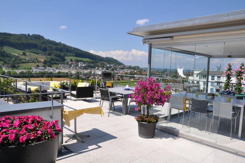 Attika-Wohnung mit Wintergarten, grosser Terrasse und Alpensicht
