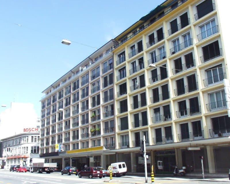Une surface commerciale brute d'environ 2'270.75 m2 dont 1'270.04 m2 au rez-de-chaussée et 1'000.71 m2 au 1er sous-sol. Aménagements à charge du preneur.