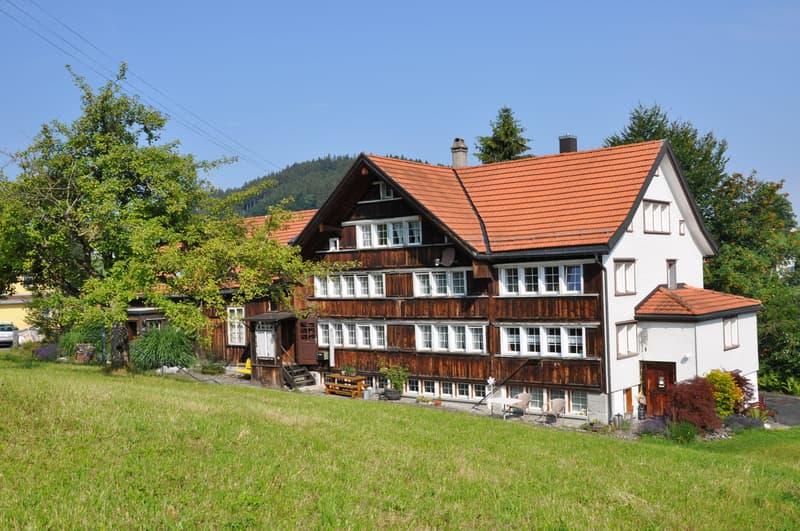 Süd- und Ostfassade. Die Wohnung belegt den rechten Hausteil  vom Keller bis unter das Dach.