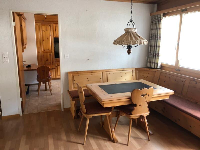 Esszimmer, Tisch, Stühle und 2 Kommoden bleiben in der Wohnung