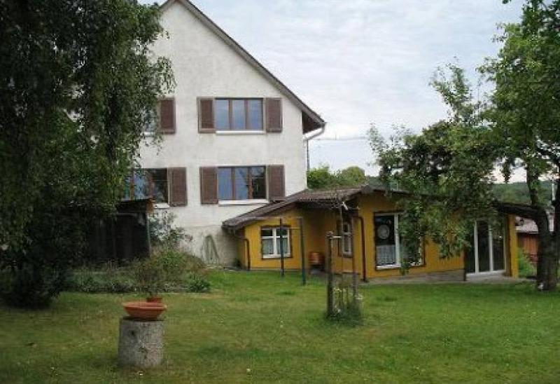 Einfamilienhaus mit Sicht auf Alpen an sonniger Lage