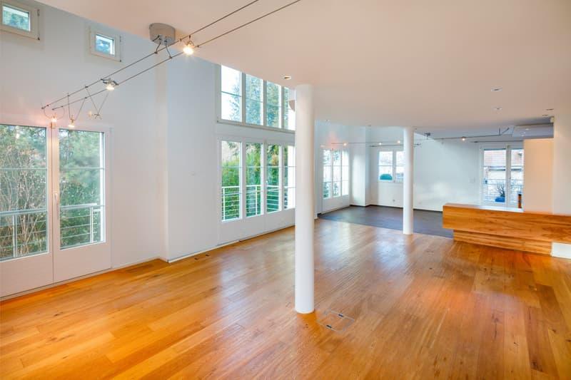 der Wohnbereich bietet z.T. hohe Räume und sehr viel Licht