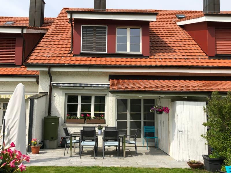 Südansicht mit Gartensitzplatz, Geräteraum und Rasenfläche