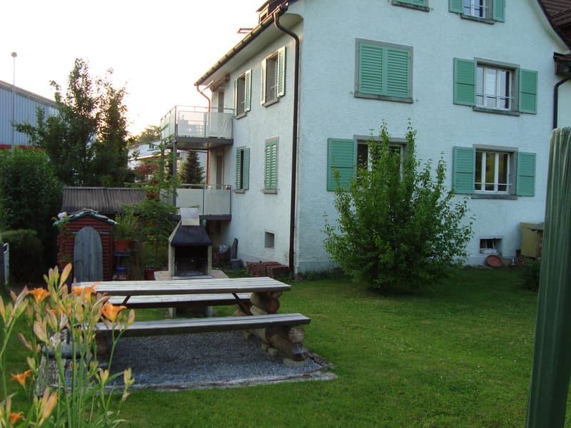 Rückseite des Hauses mit Gartensitzplatz und Aussen-Cheminée