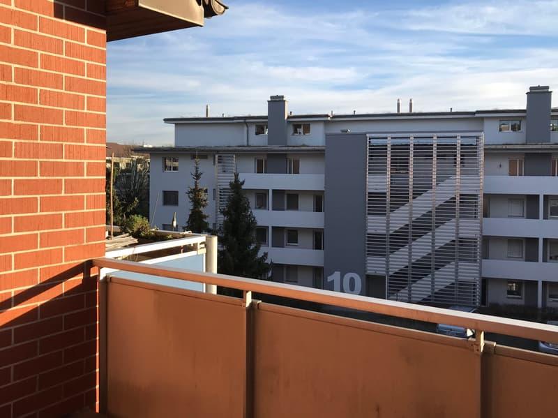 sonniger Balkon (teilweise gedeckt) mit Weitsicht
