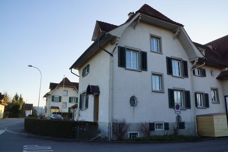 Eckhaus in Nähe des Bahnhofes Lenzburg mit Blick aufs Schloss (2)
