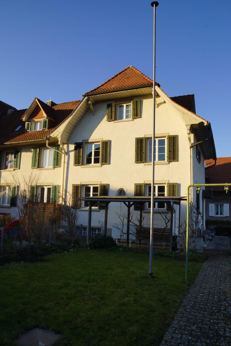 Eckhaus in Nähe des Bahnhofes Lenzburg mit Blick aufs Schloss (1)