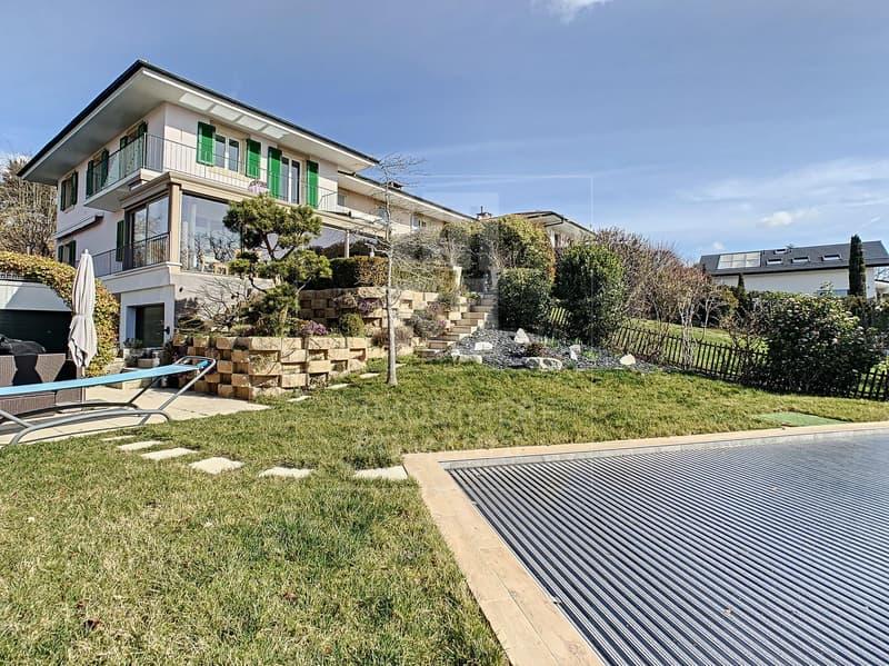 Villa contiguë de 9 pièces avec piscine privée
