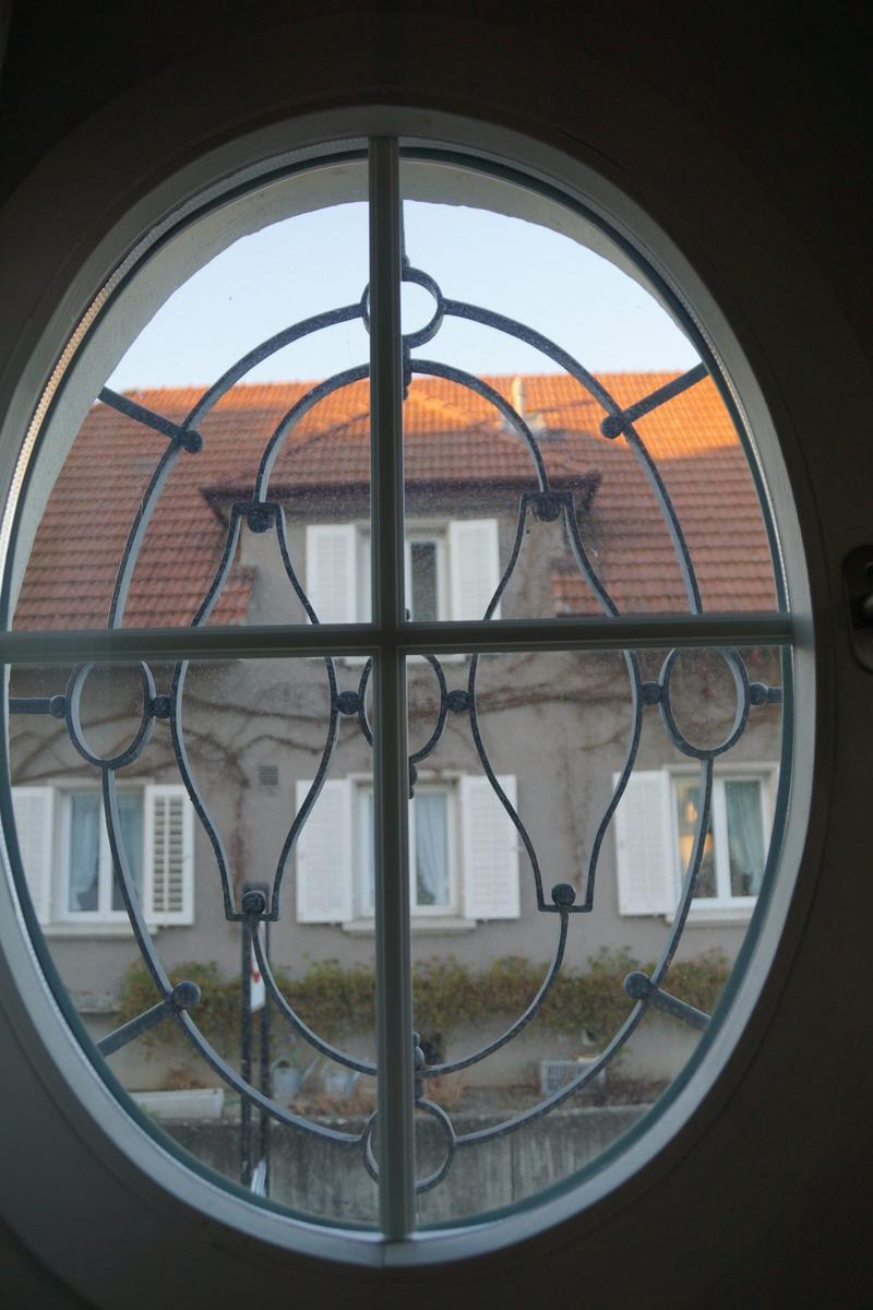 Eckhaus in Nähe des Bahnhofes Lenzburg mit Blick aufs Schloss (3)
